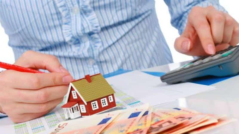 деньги и миниатюрный домик
