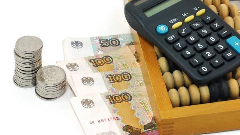 деньги, счеты и калькулятор